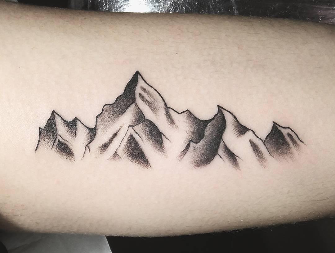 做音效师的空先生大臂山峰纹身图案