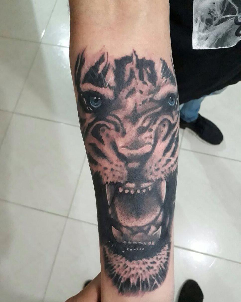 做救生员的劳先生小臂写实虎纹身图案