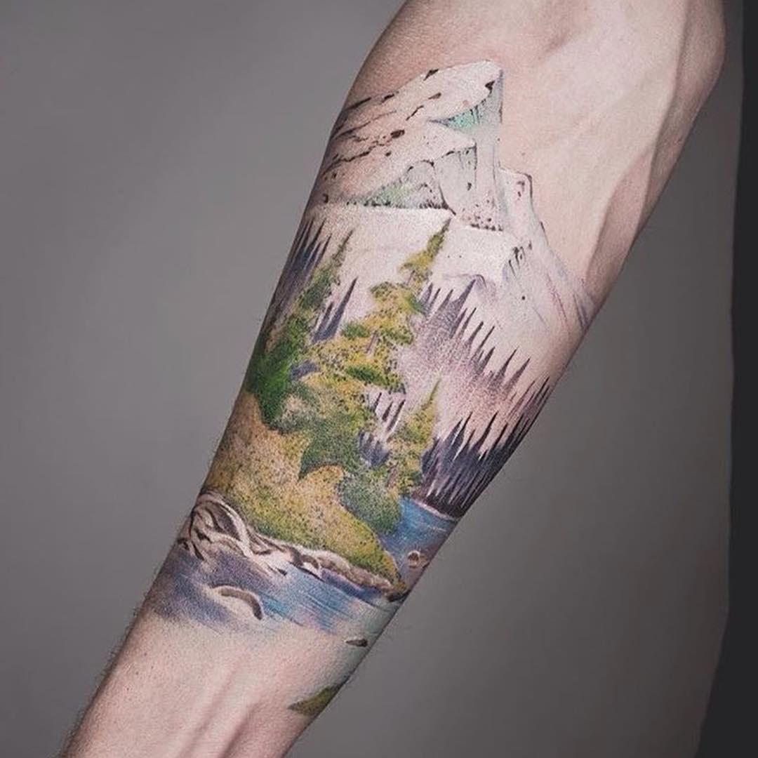 小臂写实山峰森林纹身图案