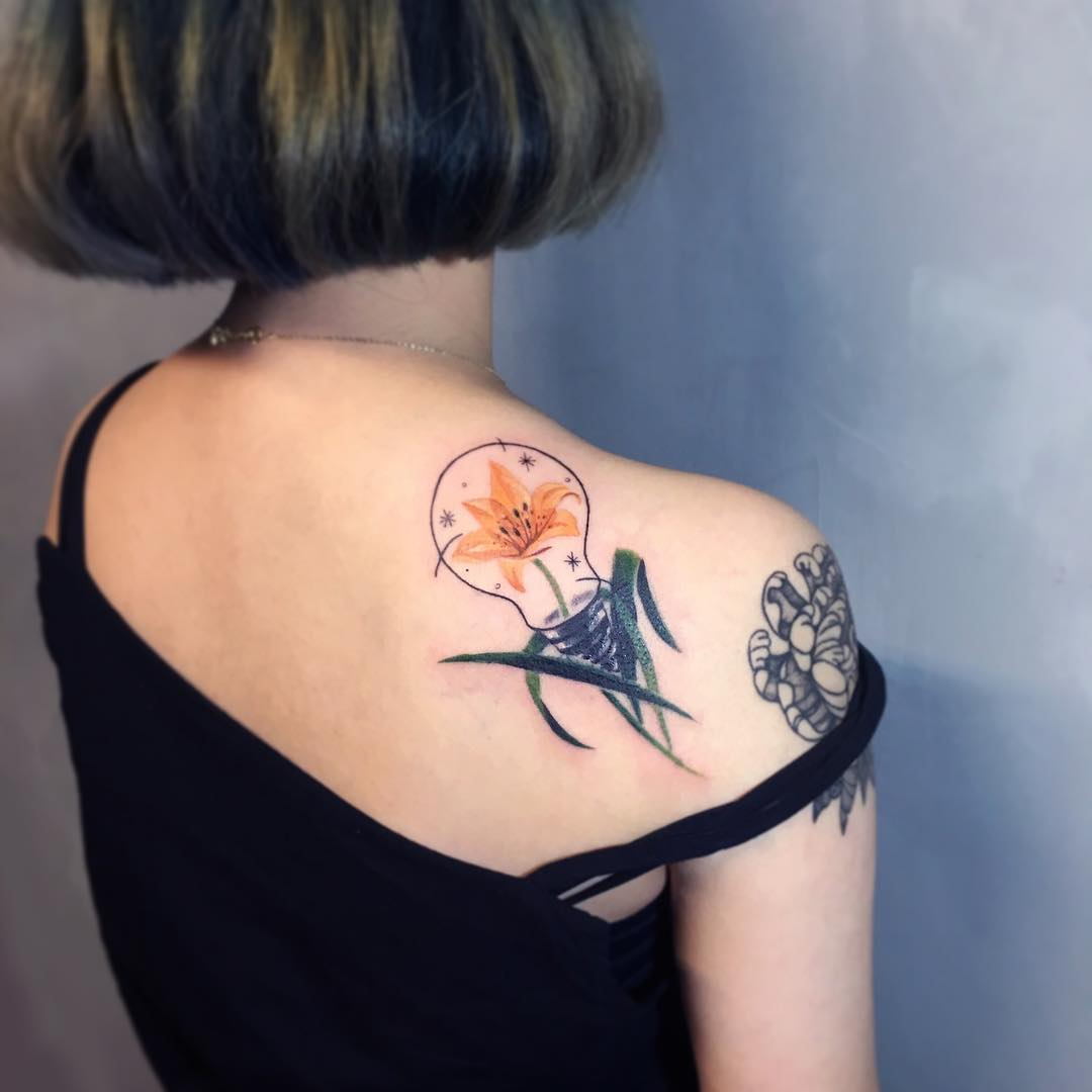后背肩胛彩色太阳花灯泡纹身图案