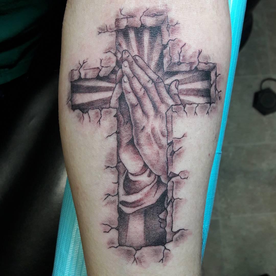 小臂黑灰祈祷之手十字架纹身图案