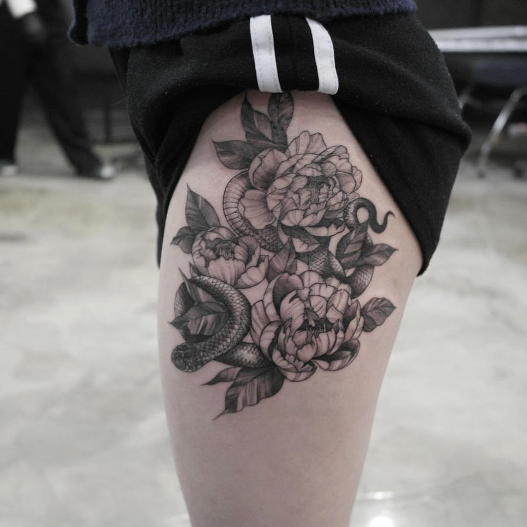 大腿黑灰牡丹蛇纹身图案