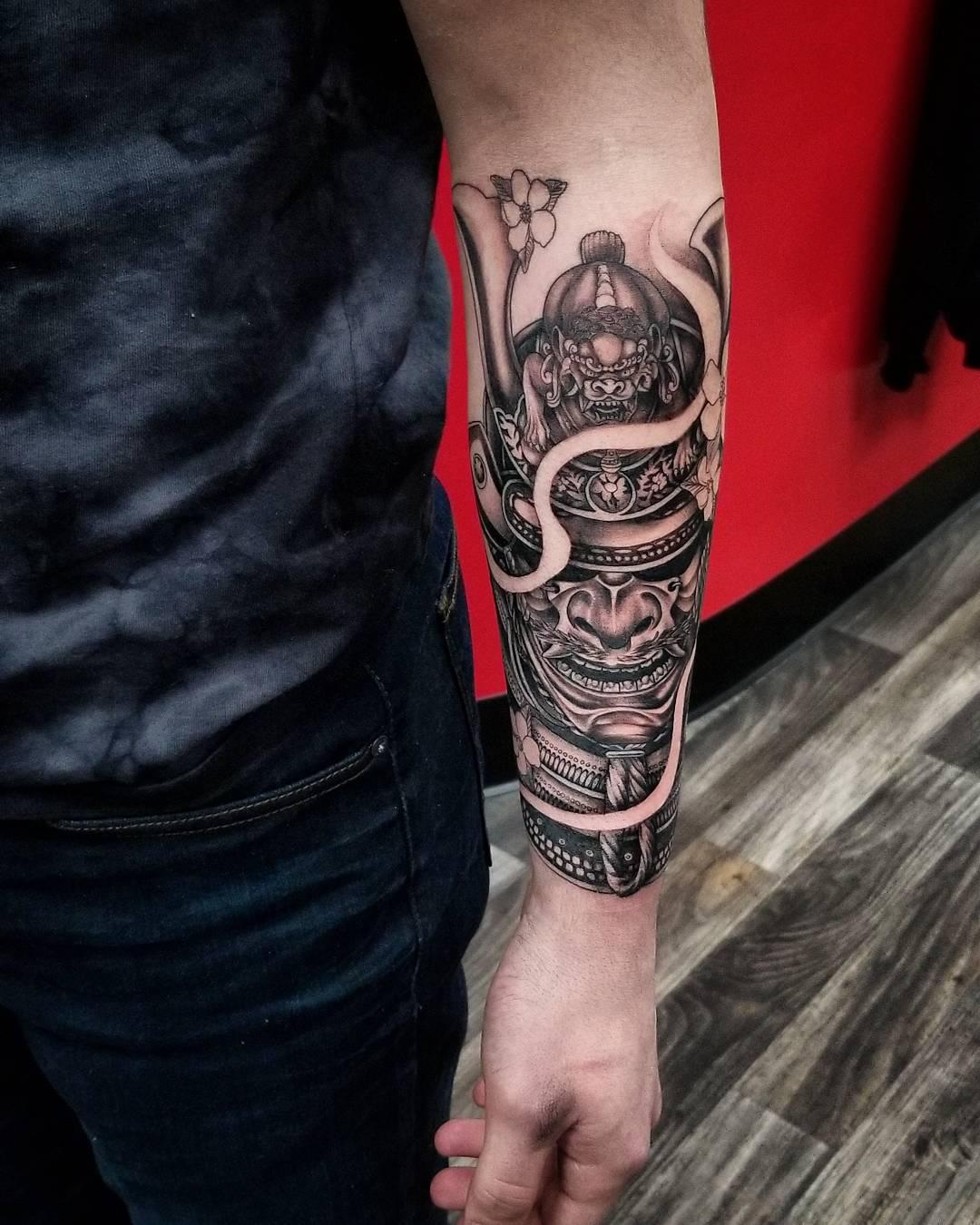 小臂写实黑武士纹身图案